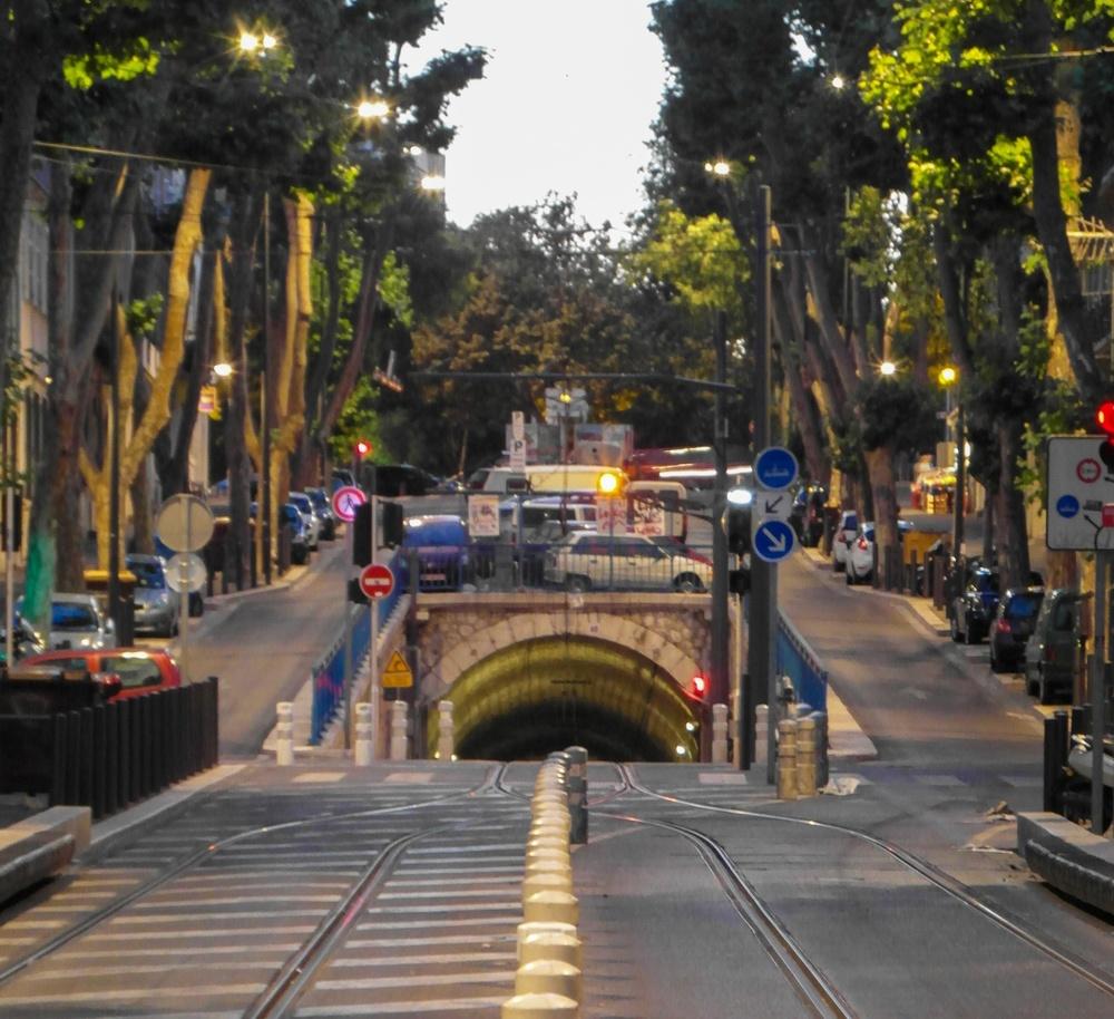 Bild på nerfart till tunnel i ett bostadsområde.