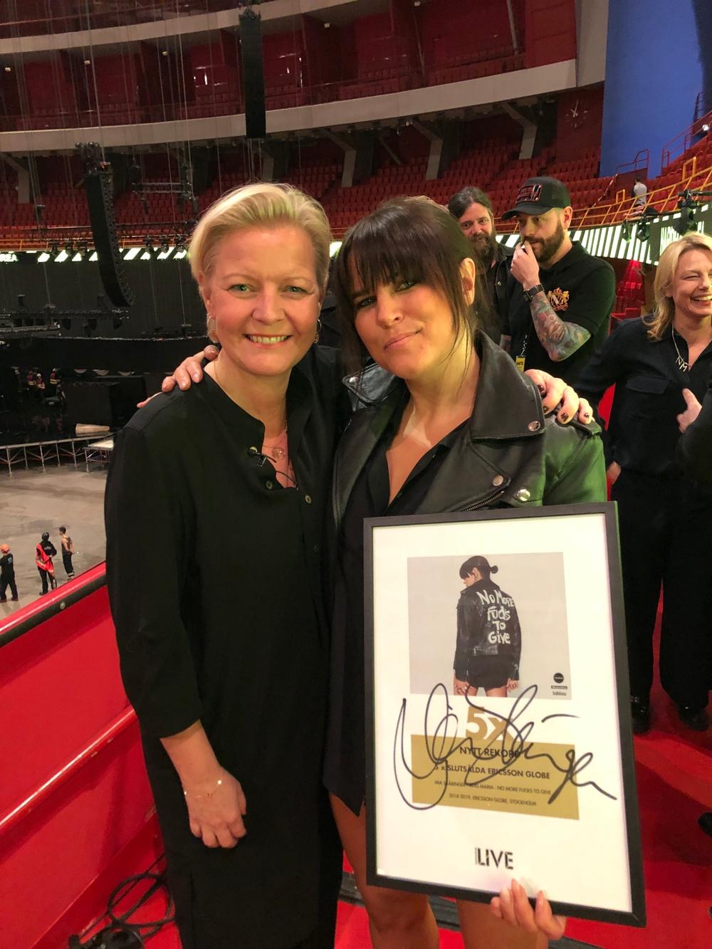 Marie Lindqvist gratulerar Mia Skäringer för flest antal utsålda föreställninger för en och samma produktion i Ericsson Globe, 17 mars 2019.