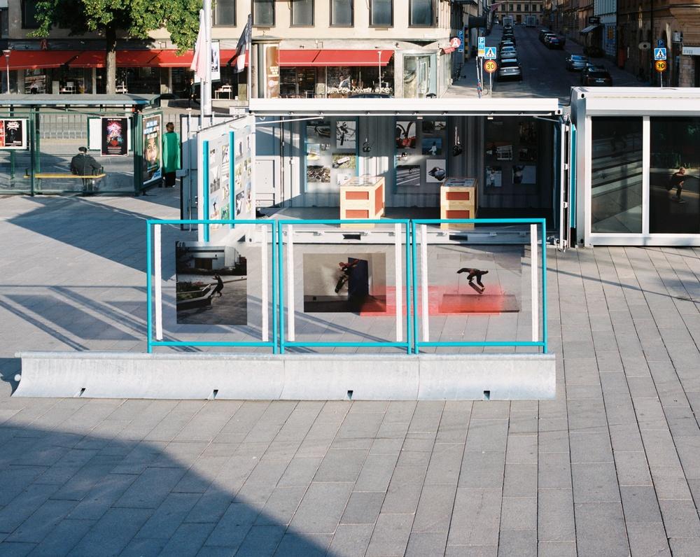 NILS LILJA & MARCELO ROVIRA TORRES – NO COMPOSITION Utställningsdesign baserad på skateboardkulturens förmåga att omtolka staden. Genom att koppla samman befintliga, massproducerade föremål med egenkonstruerade delar, har vi uppfunnit flexibla moduler som gör utställningen mobil och interaktiv.  Juryns motivering Skatekulturen gör berömvärd comeback i staden med design som går tillbaka till dess kreativa rötter. I No Composition är det subkulturen själv som informerar formen, i ett bejakande av det offentliga rummets föränderlighet.