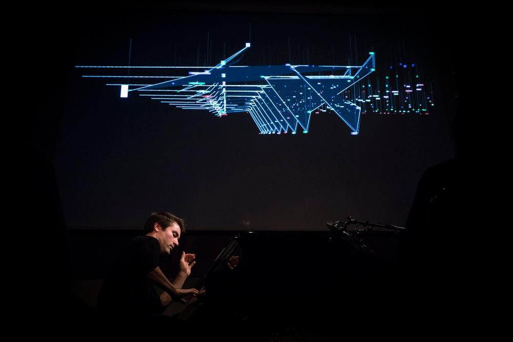 Dan Tepfer spelar på instumentet, projektioner i bakgrunden.