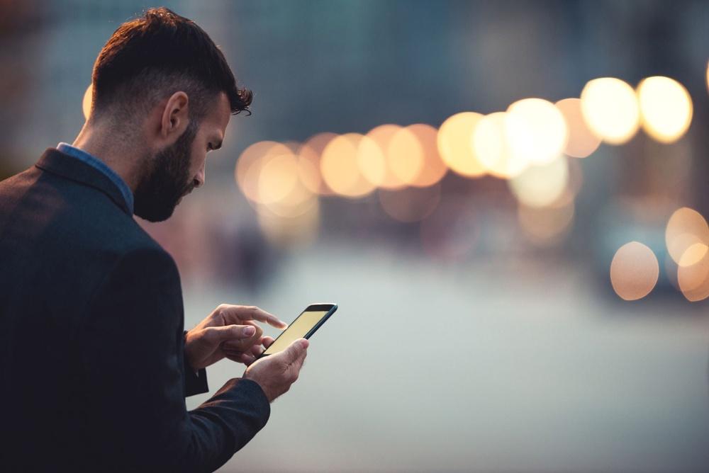man med mobil i stad