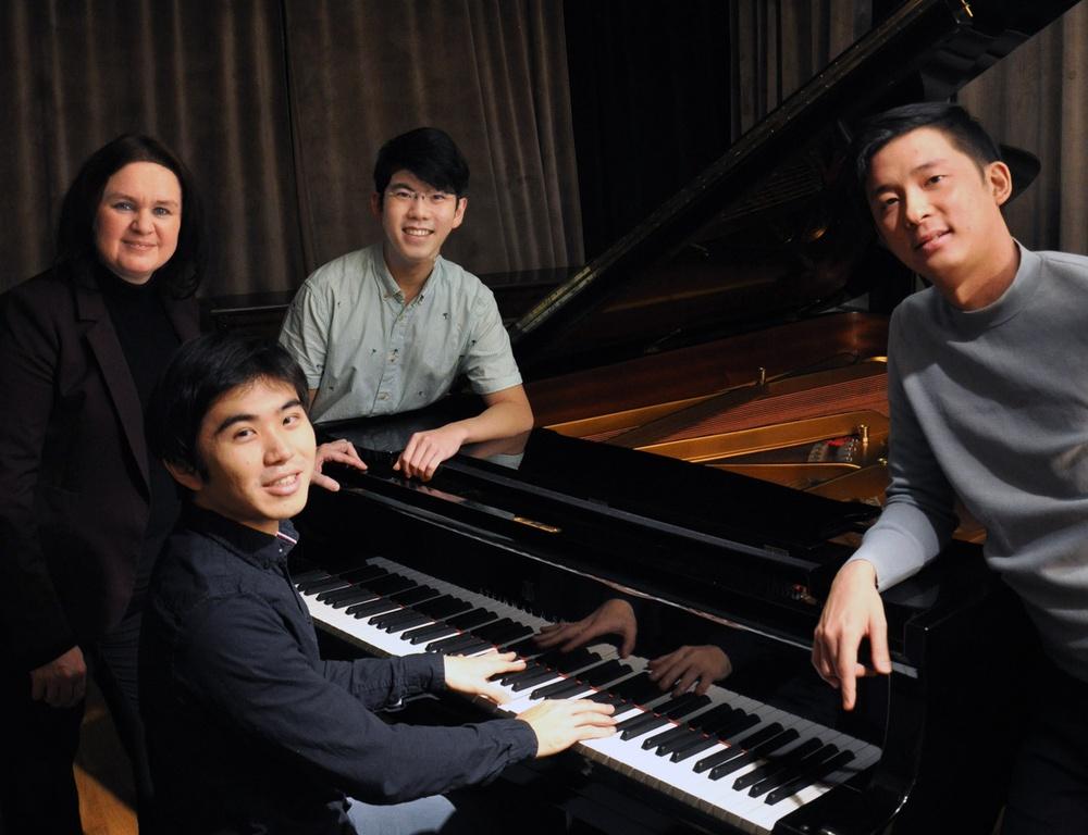 Internationella konsertpianister i sällskap av professor Julia Mustonen-Dahlkvist vid flygel, från vänster:  KaJeng Wong, Julia Mustonen-Dahlkvist, Aristo Sham och Tony Yang.