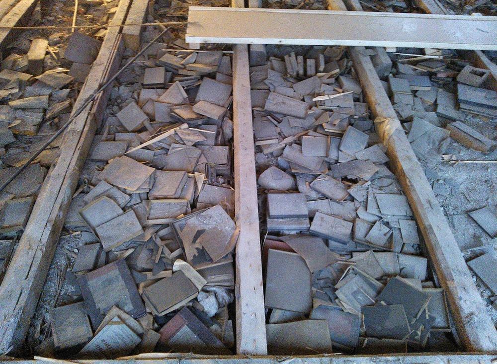 I samband med en renovering 2012 hittades tusentals glasplåtar under golvet. Foto: Lee Dodd.