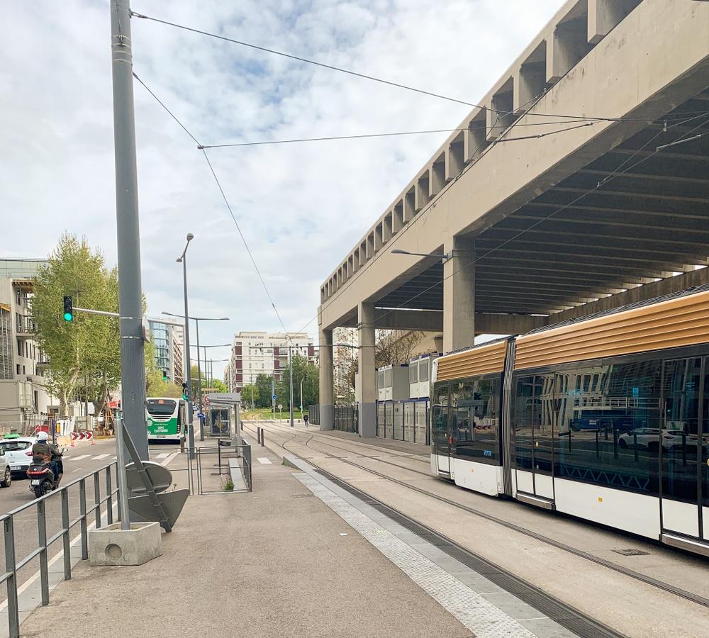 Slutstationen för två av linjerna i Marseille - Arenc - ligger i ett stadsutvecklingsområde. Många hus är på väg upp och det kommer bli fint när det är klart, men i nuläget är det kanske inte världens trivsammaste plats.