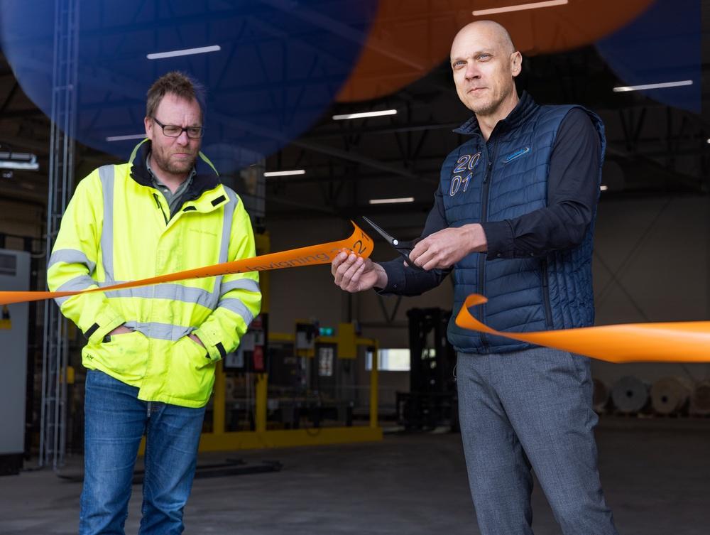 Combimix VD Jonas Lund klipper bandet vid invigningen av nya fabriken i Backamo. Med på bild till vänster är Projekt-/Råvaruinköpschef Martin Andersson.
