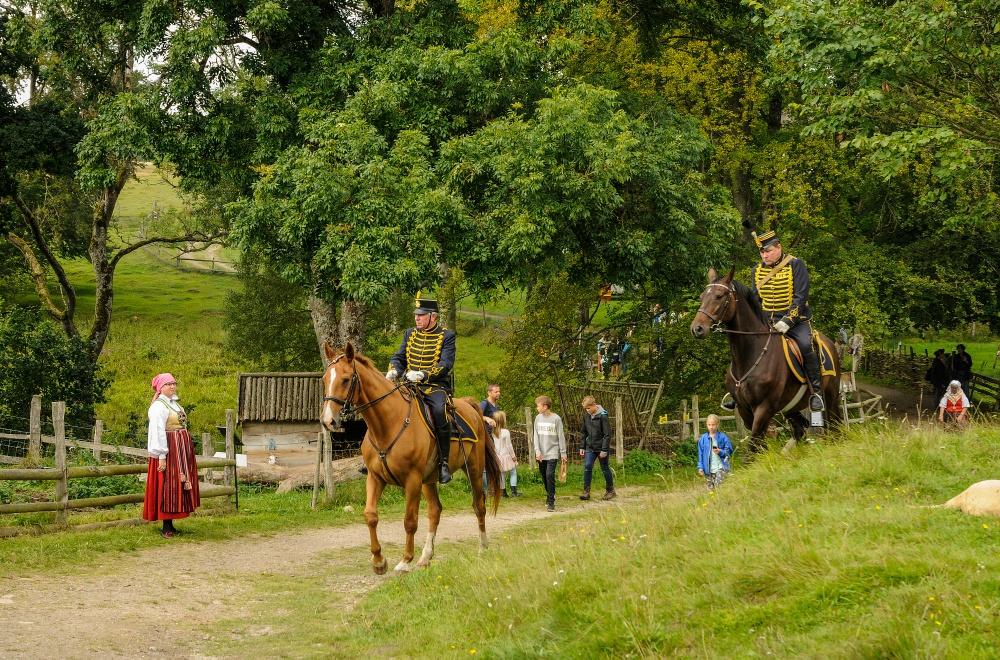 Militärhistoriker Thorbjörn Sjunneson (till höger i bild) har uppvisning och berättar om Östarps ryttare under 1700- och 1800-talet. Foto: Viveca Ohlsson/Kulturen
