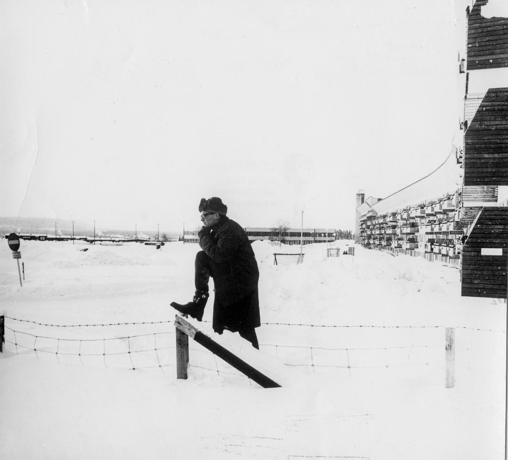 Okänd fotograf. Ralph Erskine framför Ormen Långe, Svappavaara, 1963 ArkDes samling.