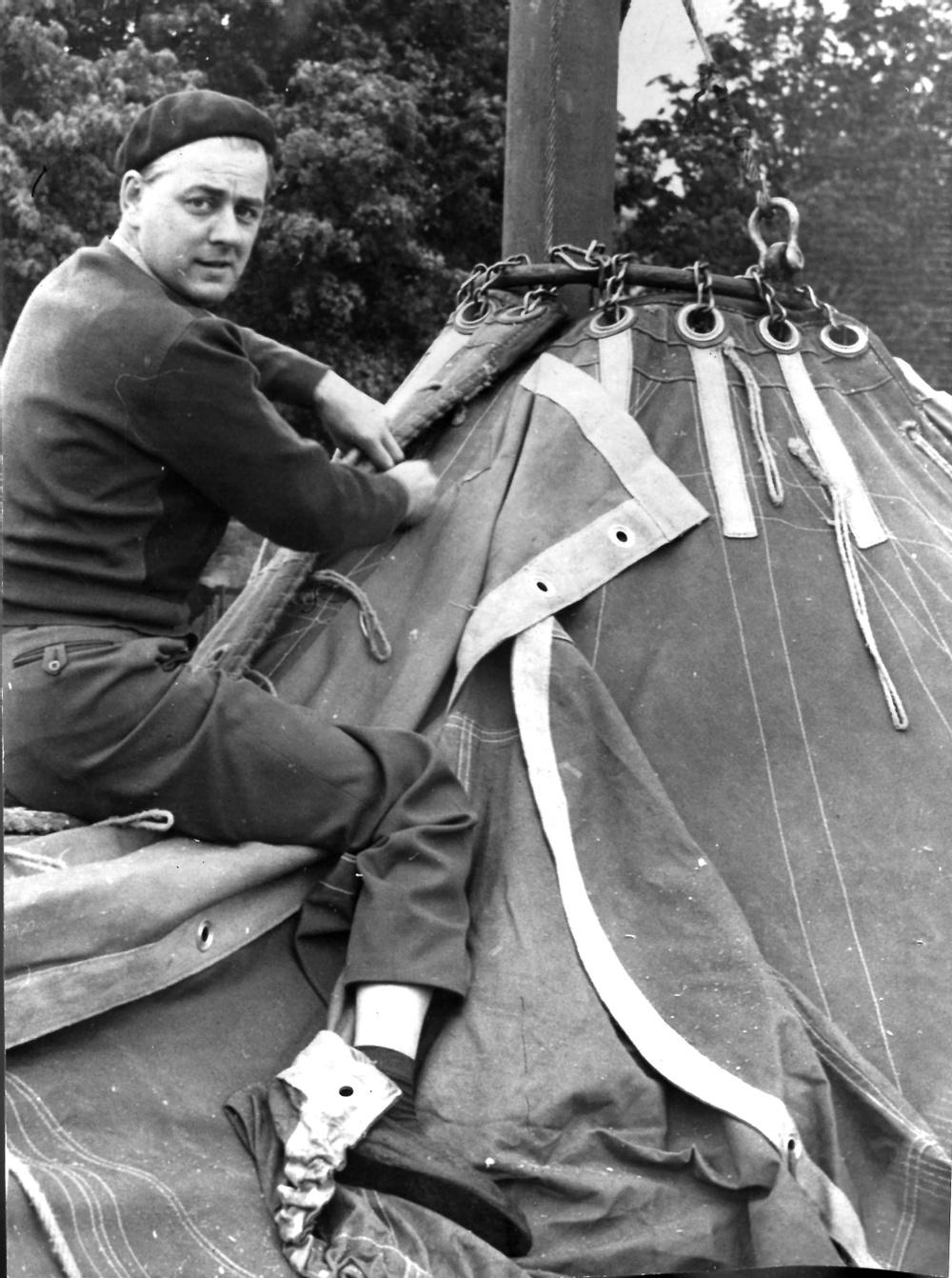 Att slå ned tältpålar och resa cirkustältet är ett hårt arbete. Ibland måste även en cirkusdirektör hjälpa till, här Trolle Rhodin Senior. Originalfotot tillhör Diana Rhodin.