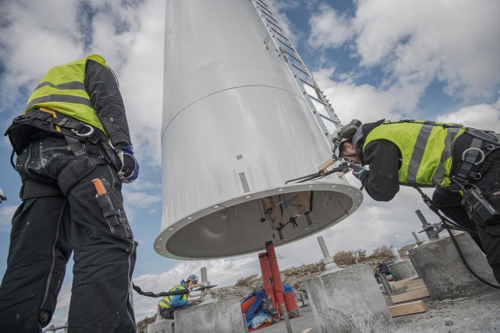 Vindkraftstornet av trä är det första av sitt slag att resas i Sverige. Foto: Modvion.