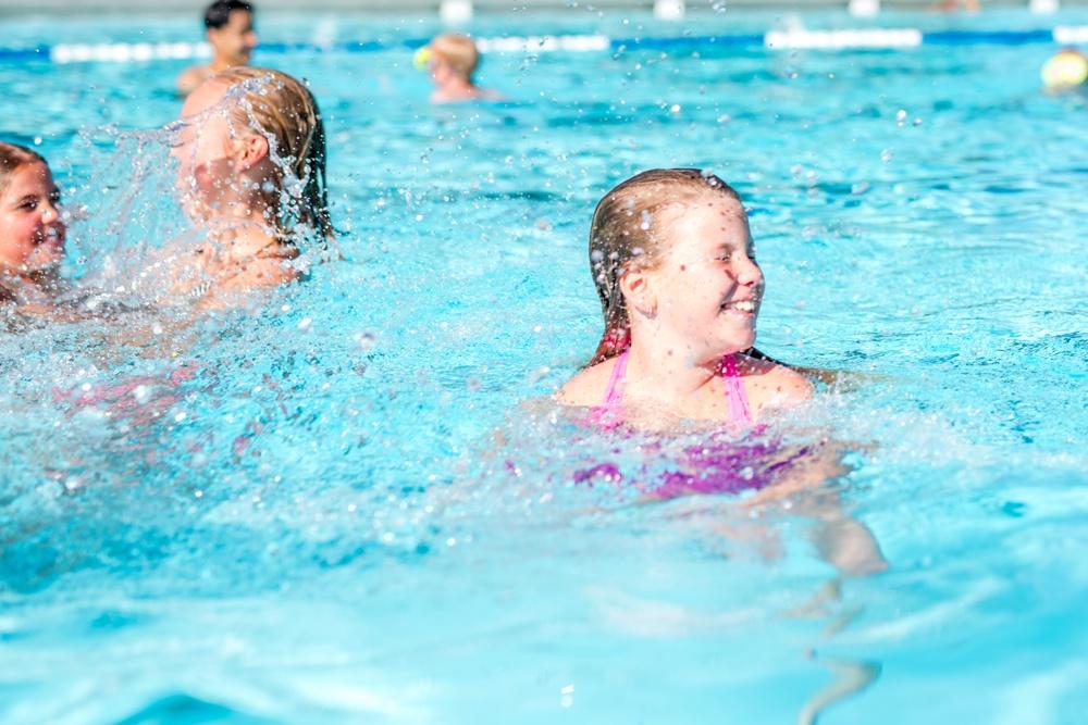 Glada barn i poolen