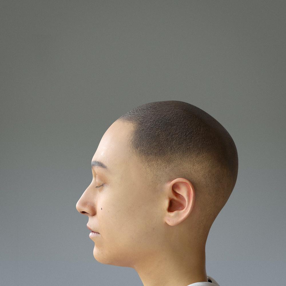 Porträtt i profil på den 3D-renderade fiktiva gestalten Nere. Hen har kort, brunt hår och blundar på bilden.