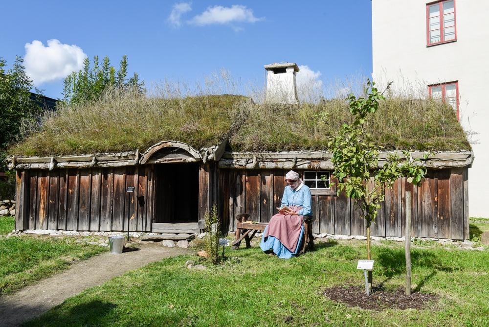Torpet kommer från Bosmåla i Urshult i Småland och är byggt på 1850-talet. Hit flyttade Kristina Niklasson med sina sju barn 1890 och bodde kvar till 1923. Interiören är en rekonstruktion av deras hem vid sekelskiftet 1900. Foto: Viveca Ohlsson/Kulturen