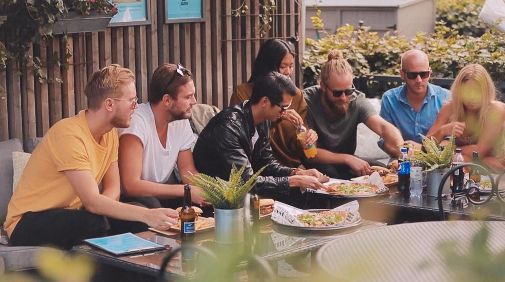 Friends enjoying the delicious pizzas at Golfbaren Kristineberg