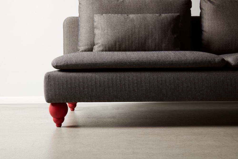 Bemz cover for IKEA Söderhamn sofa in Jet Black / Sand Beige Brinken Herringbone. Maxwell Ryan x Bemz by Apartment Therapy legs, model: Terence 14cm in Balzac Red.