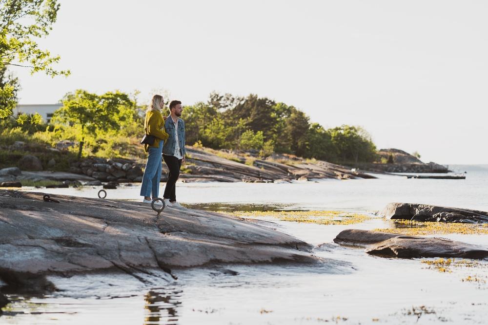 Ett par på en klippa vid havet på Aspö, Karlskrona skärgård.