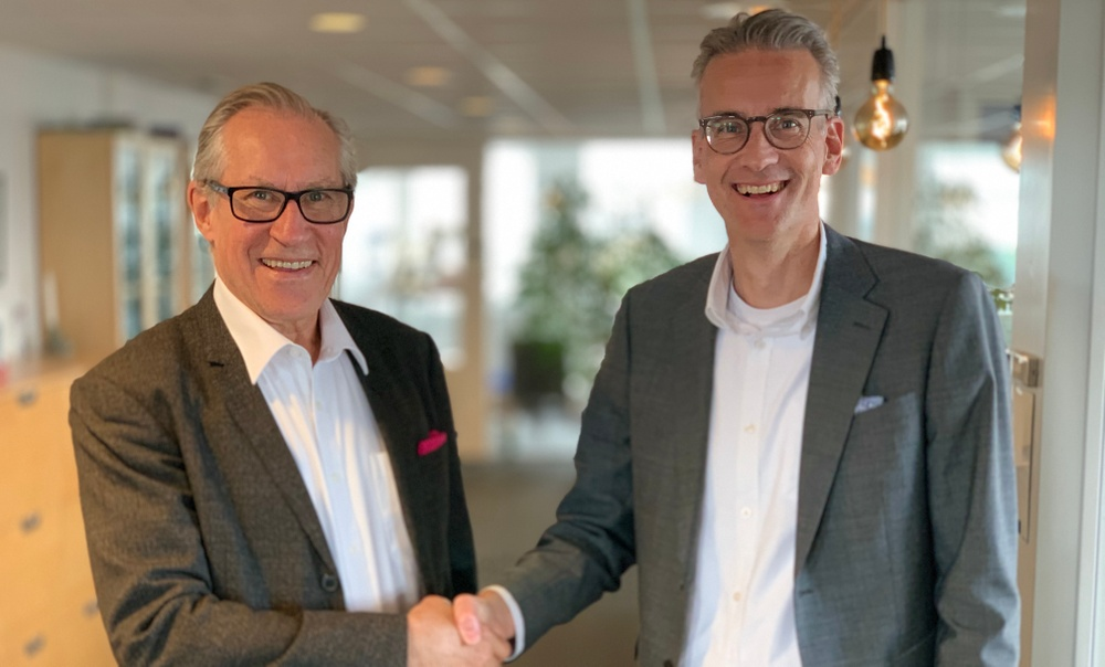 Outgoing CEO Mats Lindberg welcomes new CEO Fredrik Lomäng. Photo: Emma Grip