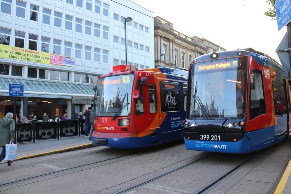 Nytt och gammalt möts i Centrala Sheffield. Fortfarande rullar de gamla originalvagnarna från Siemens. De har moderniserats efterhand, men fyller snart 30 år.