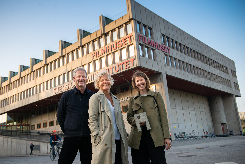 Johan Almquist och Zara Larsson från A house tillsammans med Anna Serner, vd Svenska Filminstitutet, framför Filmhuset i Stockholm.