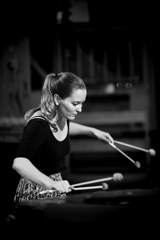 Fotografi av Fia Forslund när hon spelar sitt instrument.