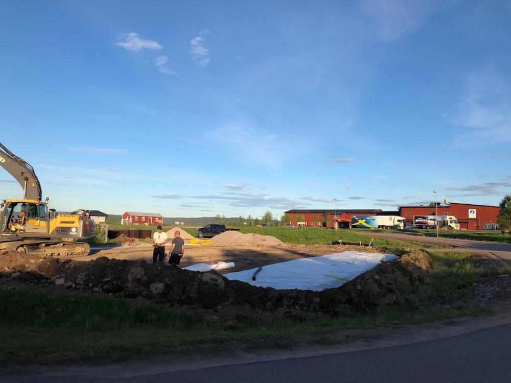 Grävmaskinen är på plats och markarbetet är i full gång för byggandet av padelbanor
