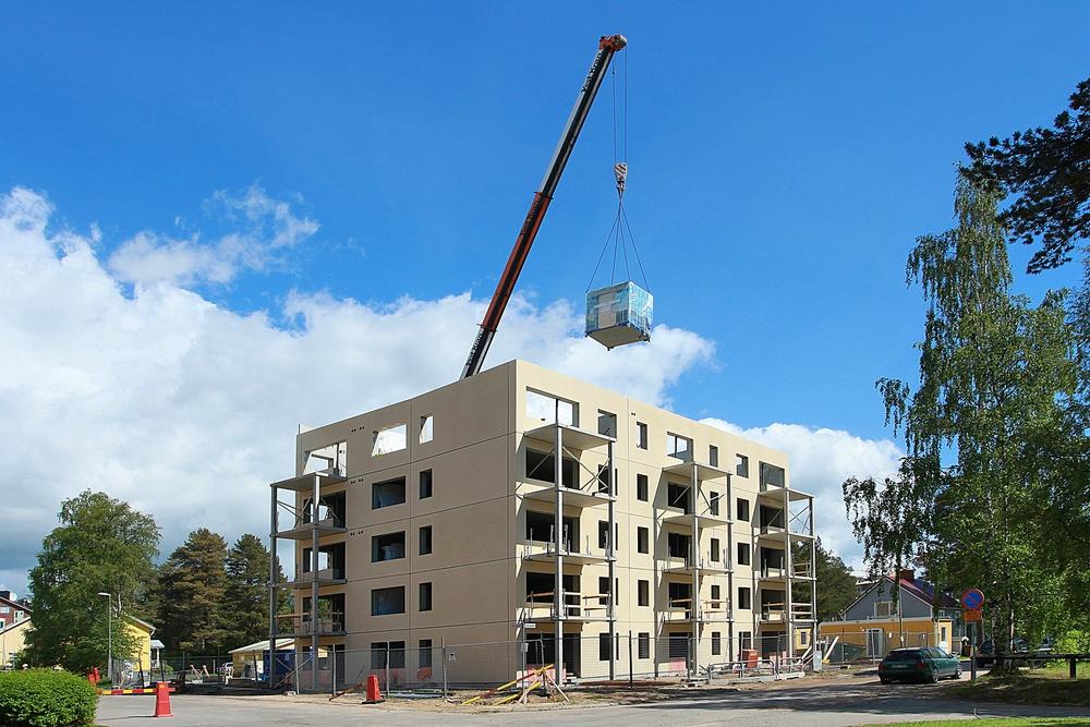 En badrumsmodul från Part Construction AB lyfts in på byggplats.