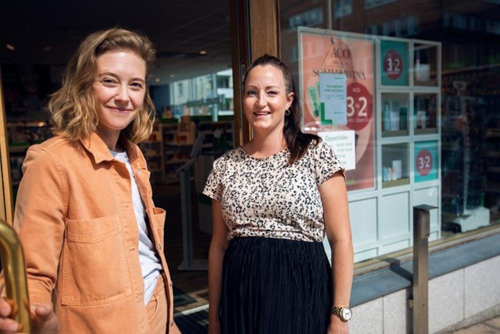 Abby Priests vd Mandarva Stenborg tillsammans med LloydsApoteks Marknadschef Annelie Söderberg.