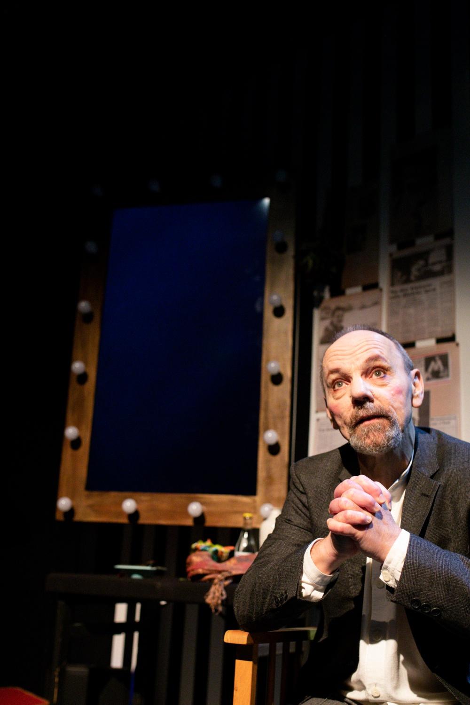 """Teaterspektaklet är Västerbottensteaterns jubileumsföreställning 2020 (40 år som länsteater!) med """"retroaktiv"""" premiär 3 mars 2021. I bild: Gunnar Eklund. Foto: Patrick Degerman."""