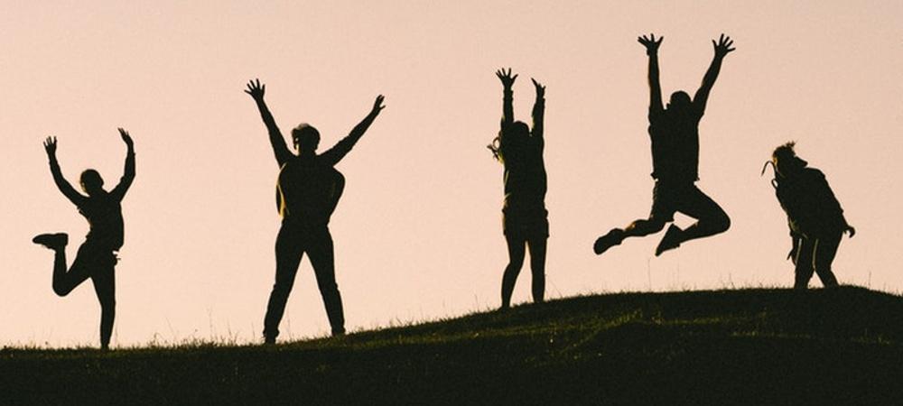 Silhuetter av människor på en kulle
