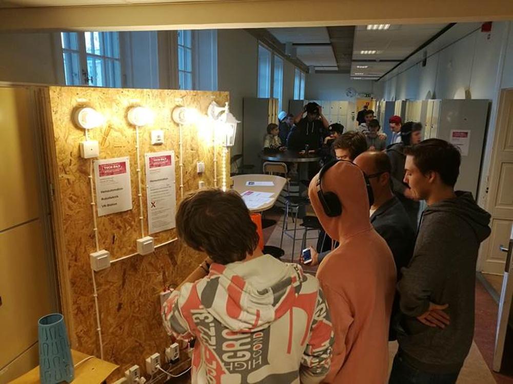 Eleverna fick testa att styra belysning via sina mobiltelefoner på skolans mobila labb-vägg för hemautomation.