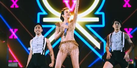 莫文蔚新加坡开唱 华丽服装和长腿最吸睛