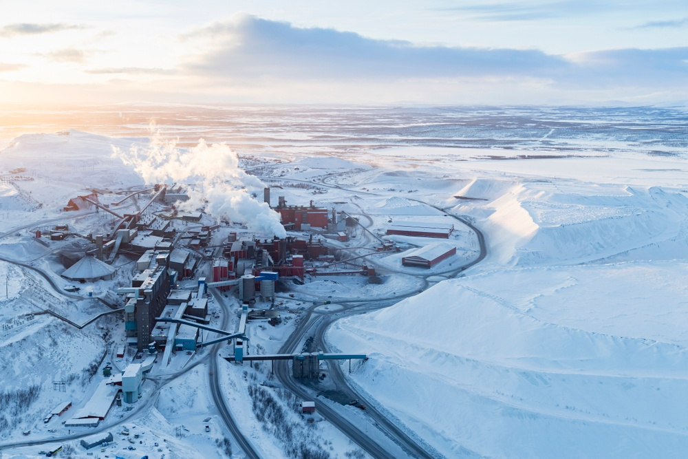 Cred: Iwan Baan, Det globala Kiruna, 2020. Ett projekt av Iwan Baan, Anne Dessing, Michiel van Iersel.  Iwan Baan, Anne Dessing, Michiel van lersel presenterar ett projekt som följer järnmalmens resa runt planeten, från marken i Kiruna, som transporteras med tåg och med fartyg, för att så småningom bli en del av olika föremål, från beläggningar och rörledningar till stålkonstruktionen på byggnader på andra sidan världen.