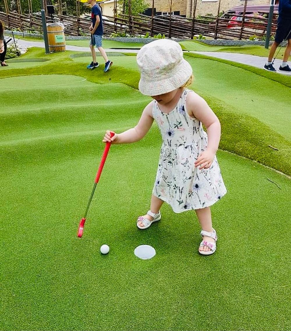 Golfbarens minigolf är kul för alla åldrar
