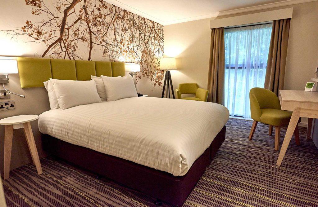 holiday-inn-northampton-bedroom