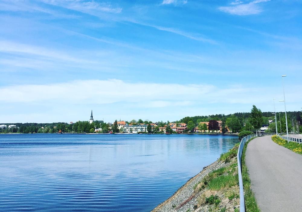 Vy över Lindesbergs strandpromenad. Sett från södra infarten.