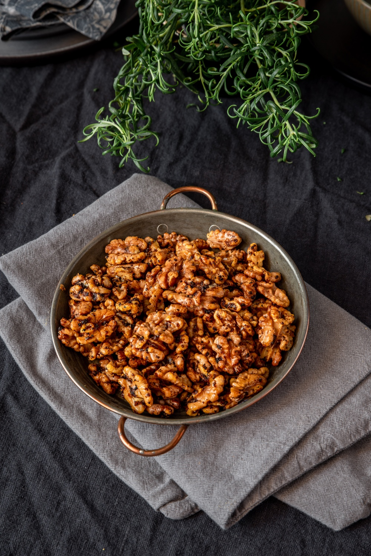 Ugnsrostade valnötter smaksatta med Vegonade Black Garlic.