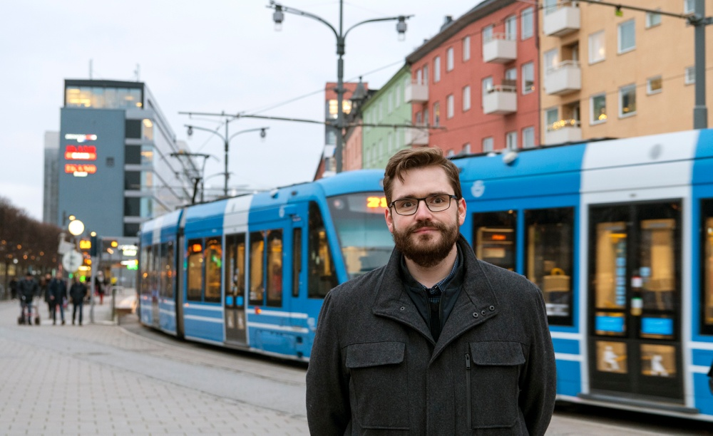 Hans Cruse framför en spårvagn i Stockholm.