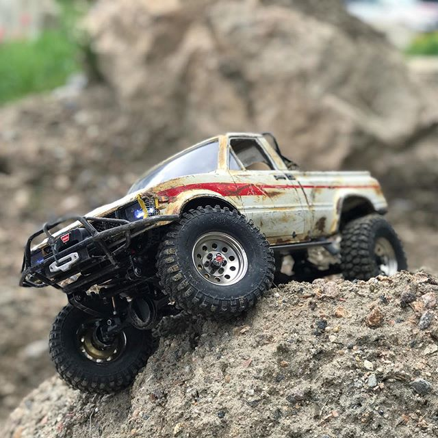 Hanging_wheel._rc4wd_trailfinder2_tinytrucks_tf2_rccrawling.jpg
