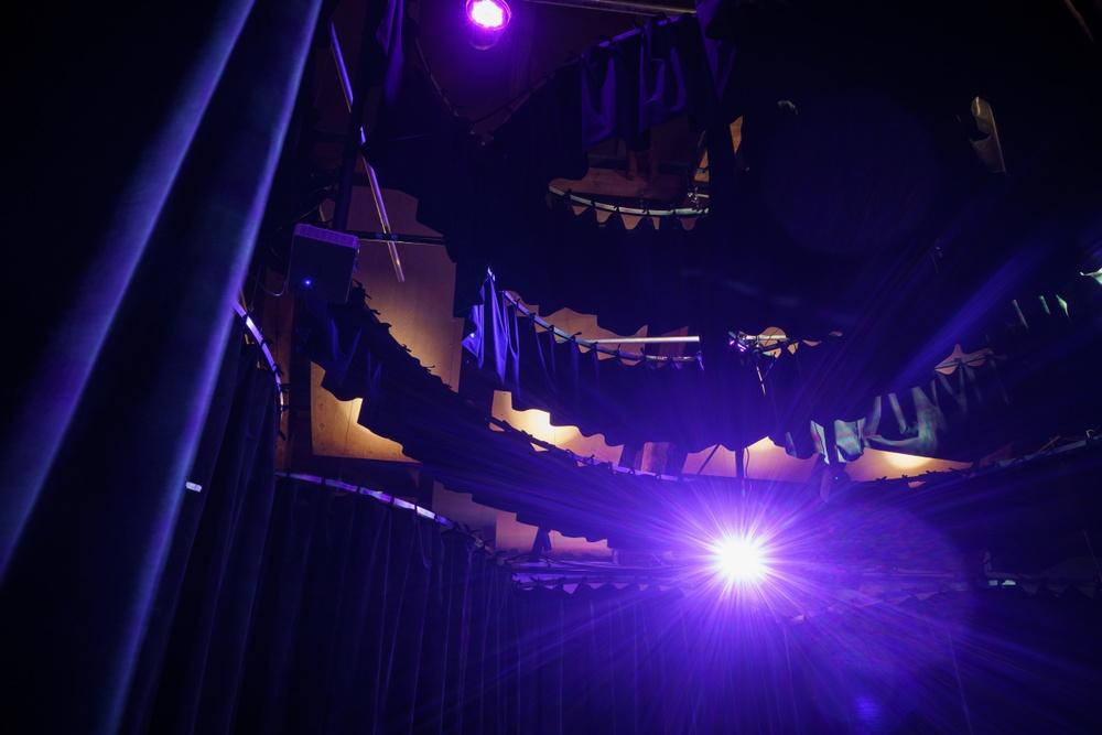 Tyger hängda från taket skapar rummen i utställningen Everybody Dance! Utställningsdesign: Museea. Foto: Miki Anagrius