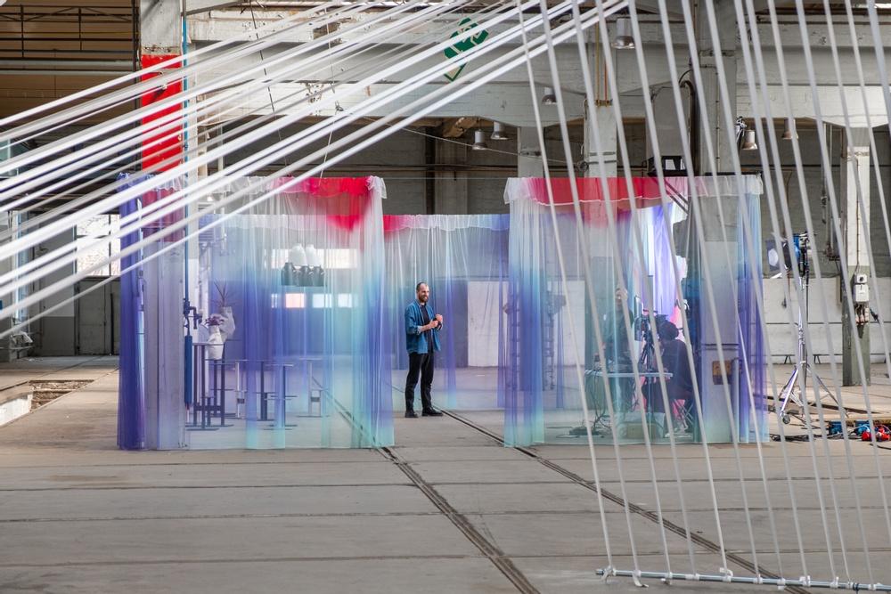 I bild: Gustav Carlberg från Carlberg Design. Installation: Nya Vinklar, SPACE by Jeanette/Jeanette Gostomski Studiodesign: Malmöbaserade Rumrum och schweiziska textilföretaget ZigZagZurich.  Möbler: Blå Station.