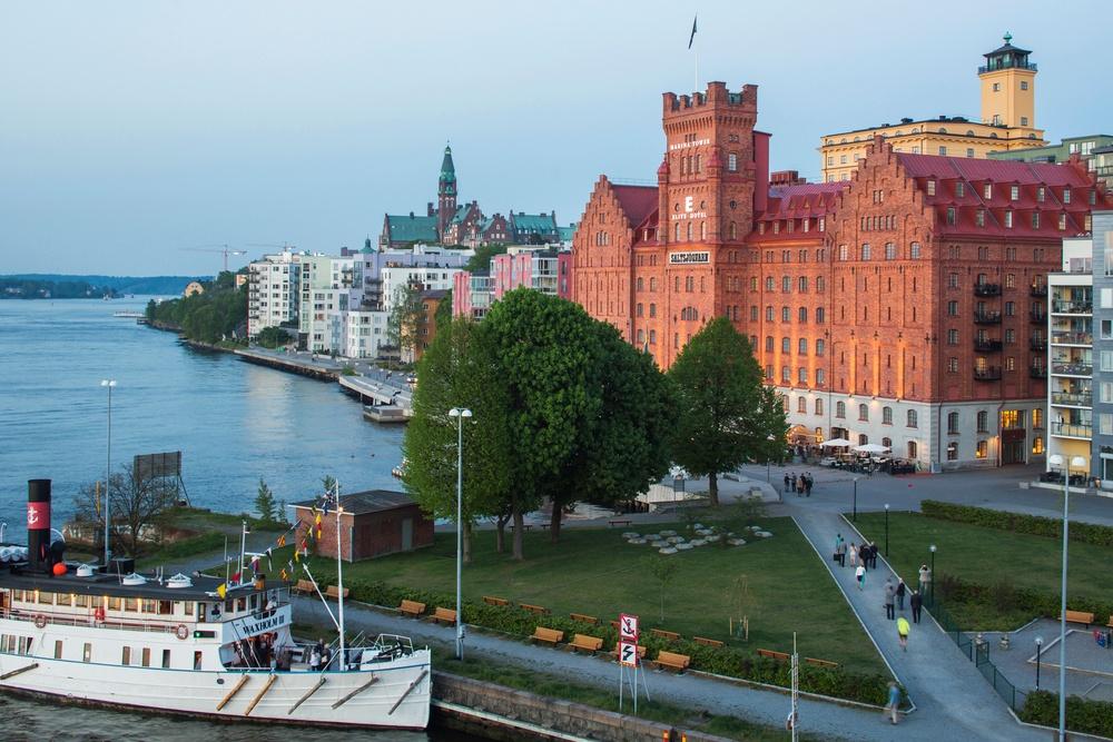 Elite Hotel Marina Tower, ståtligt beläget på Saltsjöqvarns kaj.