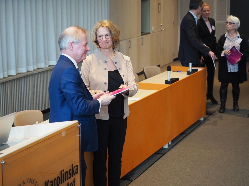 Rektor Ole Petter Ottersen tillsammans med KI Innovations VD Lilian Wikström delare ut boken till alla uppfinnare som porträtteras i boken