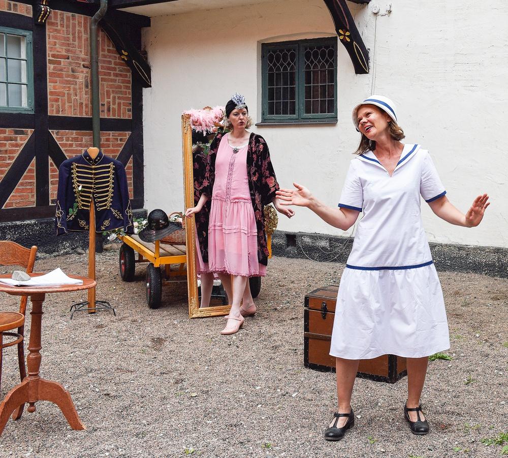 Aktrisen Kerstin (Kristina Bakran) och aktrisen Charlotta (Yvonne Andersson) är båda inställda på att spela in en romantisk stumfilm. Foto: Viveca Ohlsson/Kulturen