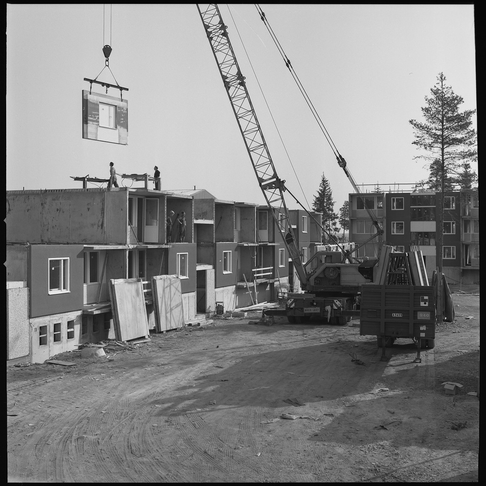 Sune Sundahl. Installation av stora betongelement i bostadshus, 1967–1968. Foto ArkDes samlingar