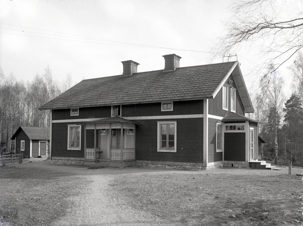 Svartvit bild på ett bostadshus i Stripa 1910.