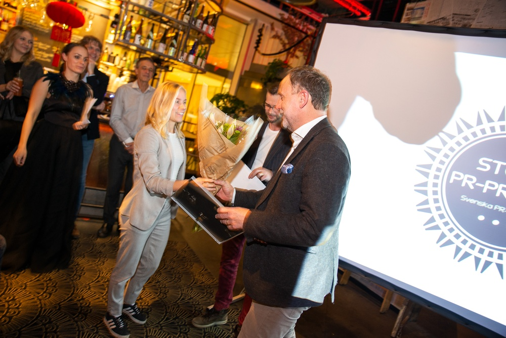 Josefin Häggström och Leif Kajrup delar ut priset för årets smartaste digitala närvaro