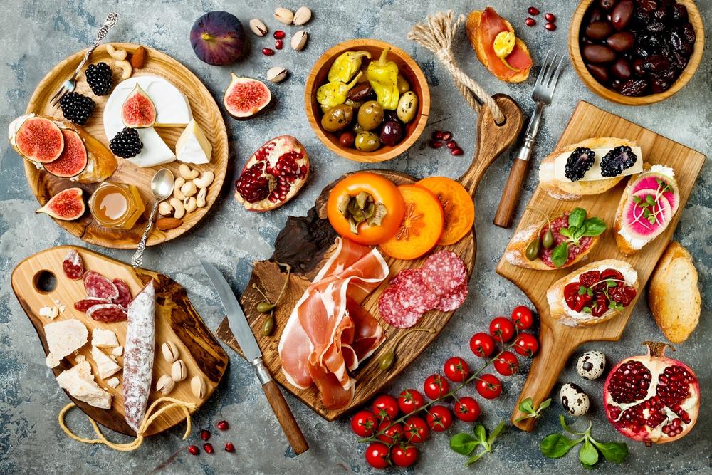 På bordet finner ni fuet tryffel (laktosfri), serrano lufttorkad i minst 12 månader, inläggningar; spanska oliver, kalalmataoliver, peperoni.