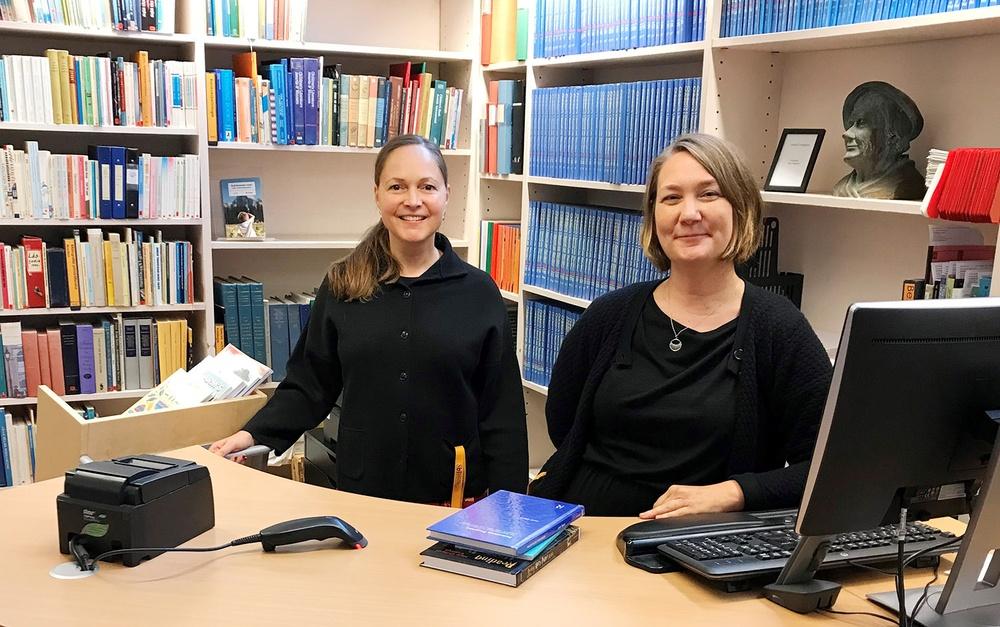 Bibliotekarierna Sara Lafolie och Sofia Gydemo. I biblioteket arbetar även bibliotekarien Kajsa Bäckius. Foto: Sbi
