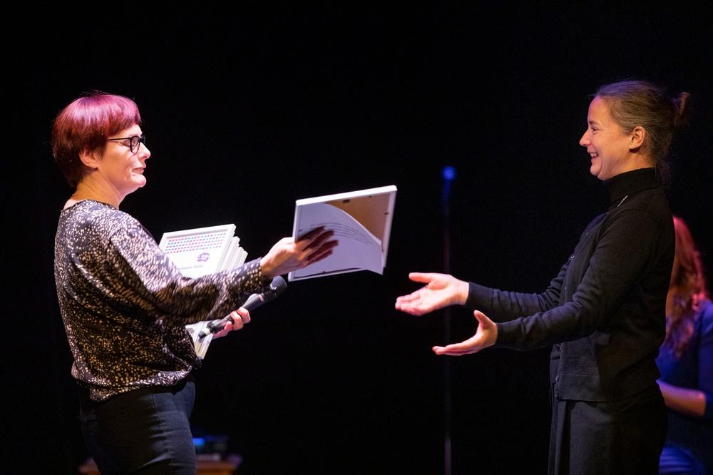 Anna Hjälm, som blev Årets berättare 2020 vid finalen på årets Berättarkraft., tar mot sitt diplom av Evalena Karlsson från samarbetspartnern Skellefteå Kraft. Foto: Patrick Degerman.