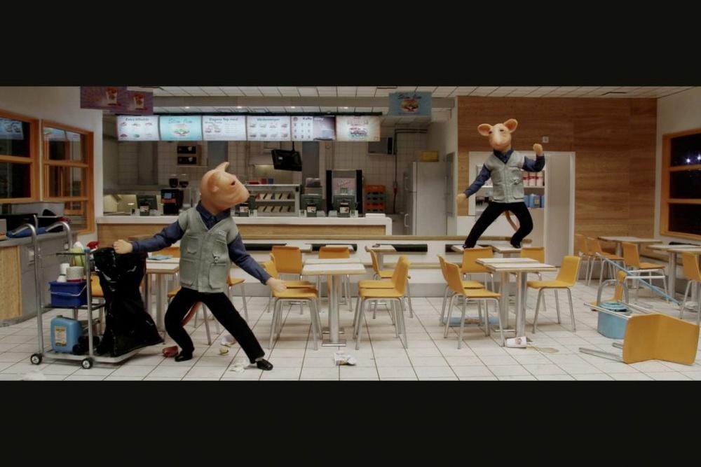 Stillbild ur filmscen där två möss städar i en snabbmatsrestaurang och en av dem dansar på ett bord.