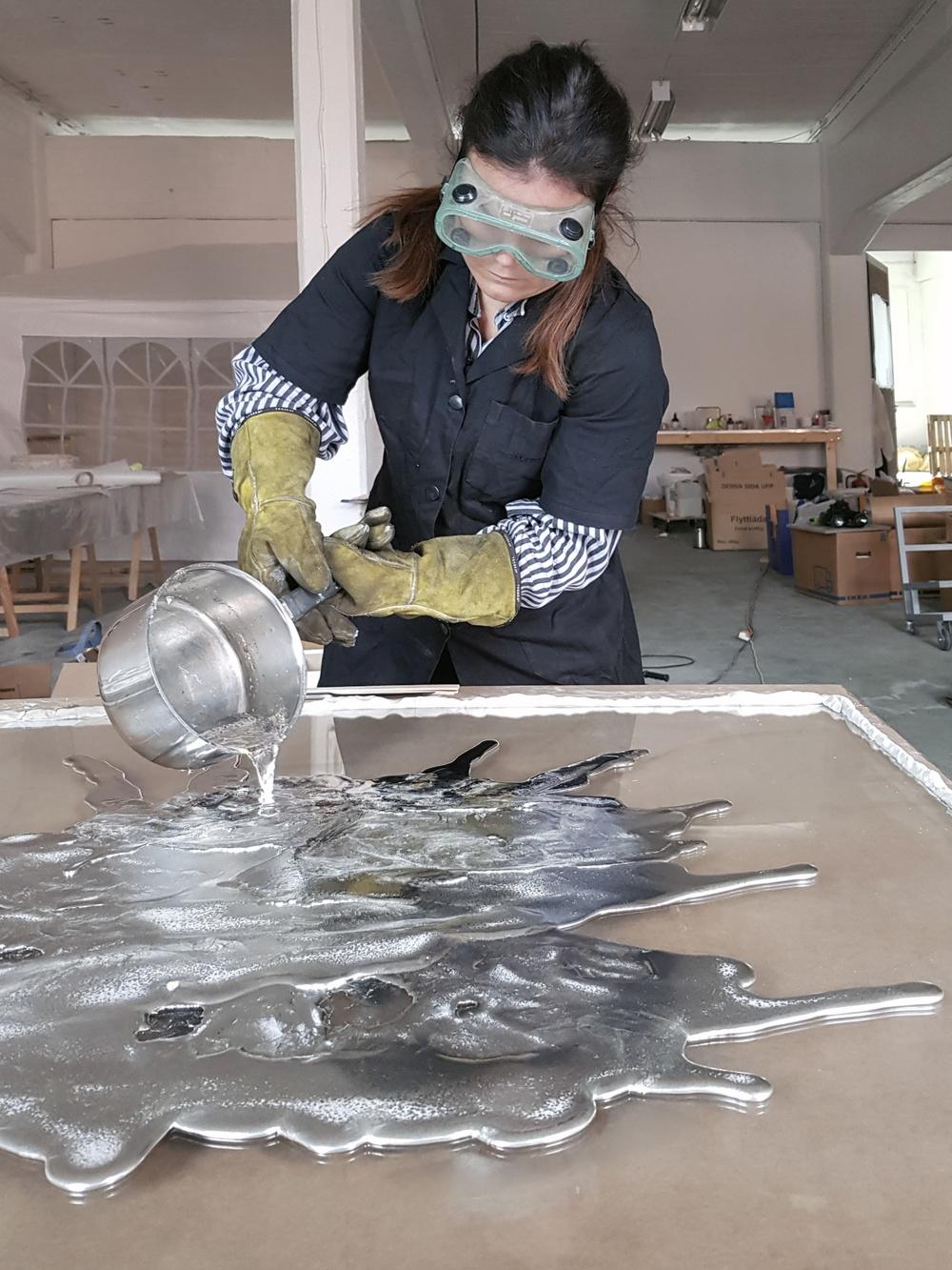 Titel: Assemblage // Ekvation: Metall + Performance = Assemblage // Deltagare: Jenny Nordberg & Olsson & Gerthel // Beskrivning: Jenny Nordberg har under lång tid experimenterat med olika typer av metallbearbetning. Dessa utforskningar har nu utvecklats till en assemblage-liknande metod där olika typer av metaller fogas samman samt helt eller delvis ytbehandlas. All metall som används är överblivet material från olika underleverantörer till Olsson & Gerthel. Olika objekt växer fram när Jenny Nordberg jobbar i den temporära verkstaden som byggs upp hos Olsson & Gerthel.